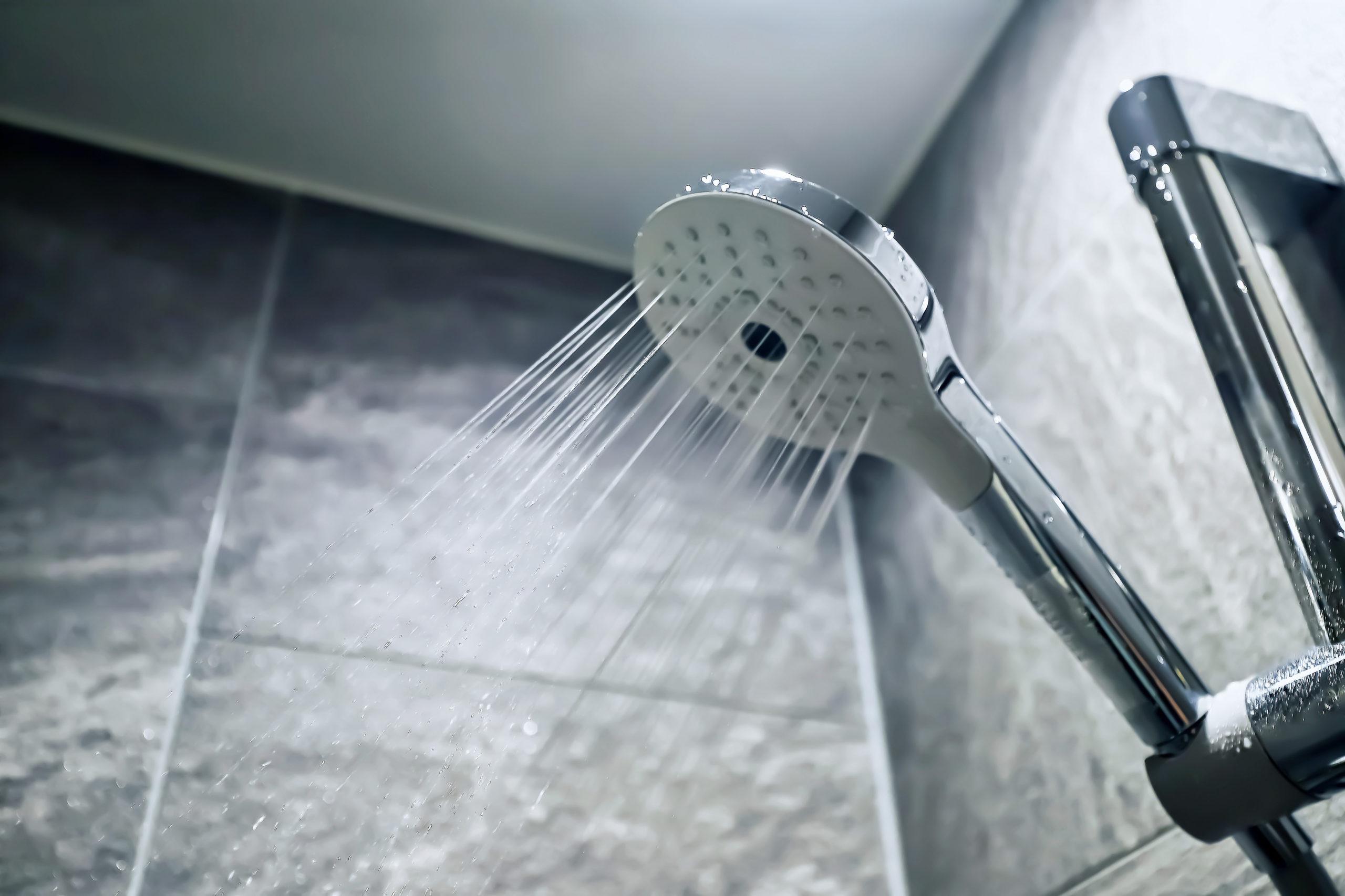 朝と夜の2回シャワーを浴びるとハゲるのか